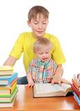 Enfant et bébé garçon les livres images libres de droits