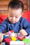 Enfant et blocs Image stock