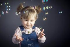 Enfant et bulles Photographie stock