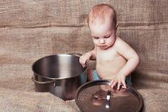 Enfant et casserole Images stock