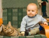 Enfant et chat Photographie stock libre de droits