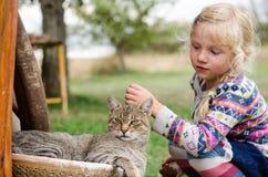 Enfant et chat Photos libres de droits