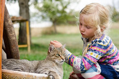 Enfant et chat Image libre de droits