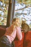 Enfant et chat Photo libre de droits