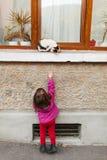 Enfant et chat corrompu Photographie stock libre de droits