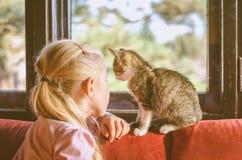 Enfant et chat ensemble Photographie stock libre de droits