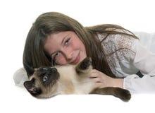 Enfant et chat siamois Images stock