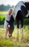 Enfant et cheval dans classé photographie stock libre de droits