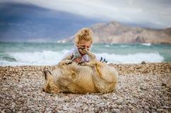 Enfant et chien Photos stock