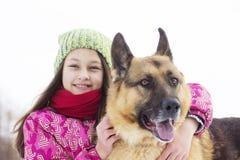 Enfant et chien de fille Photo stock