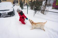 Enfant et chien espiègles Photo stock
