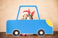 Enfant et chien heureux le réveillon de Noël Images stock