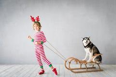 Enfant et chien heureux le réveillon de Noël Photo libre de droits