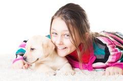 Enfant et chiot de Labrador Photos libres de droits