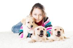 Enfant et chiot de Labrador Photo libre de droits