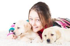 Enfant et chiot de Labrador Photos stock