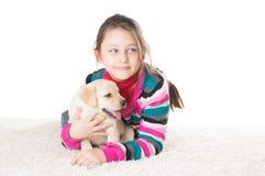 Enfant et chiot de Labrador Images libres de droits
