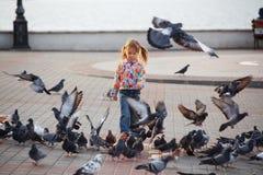 Enfant et colombes photos libres de droits