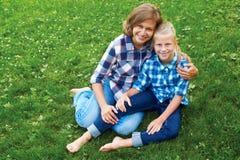 Enfant et concept heureux de parent - étreindre la mère et la fille Photo stock