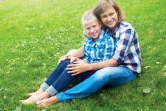 Enfant et concept heureux de parent - étreindre la mère et la fille Photographie stock libre de droits