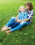 Enfant et concept heureux de parent - étreindre la mère et la fille Photographie stock