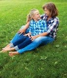 Enfant et concept heureux de parent - étreindre la mère et la fille Photos stock