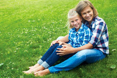 Enfant et concept heureux de parent - étreindre la mère et la fille Images stock