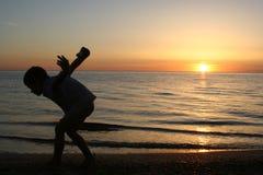 Enfant et coucher du soleil Image stock