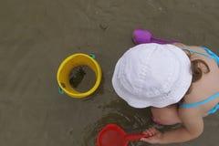 Enfant et crabe Images stock