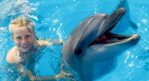 enfant et dauphins dans l'eau bleue Le dauphin a aidé la thérapie Photographie stock