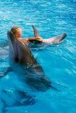 Enfant et dauphins heureux dans l'eau bleue Le dauphin a aidé la thérapie Image libre de droits