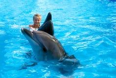 Enfant et dauphins heureux dans l'eau bleue Le dauphin a aidé la thérapie Photographie stock libre de droits