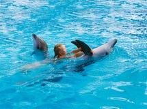 Enfant et dauphins heureux dans l'eau bleue Le dauphin a aidé la thérapie Photo stock