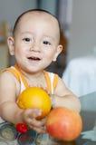 enfant et fruit asiatiques Photo libre de droits
