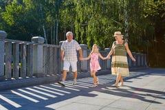 Enfant et grands-parents, été Photo libre de droits