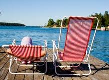 Enfant et hamacs sur le lac Photographie stock libre de droits