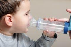 Enfant et inhalateur images stock