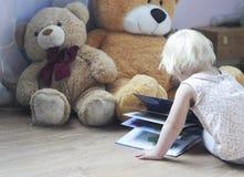 Enfant et jouets Image stock