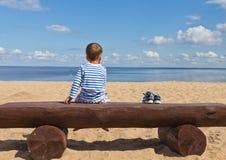 Enfant et la mer bleue Photo libre de droits