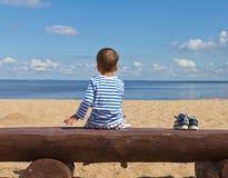 Enfant et la mer bleue Photos libres de droits