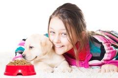 Enfant et Labrador Images stock