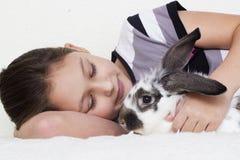 Enfant et lapin Images stock