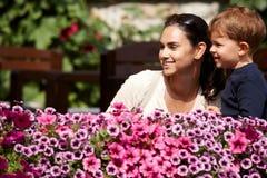 Enfant et mère extérieurs au printemps Photos libres de droits