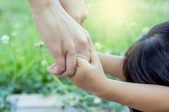 Enfant et mère tenant la main ainsi que l'amour Photographie stock libre de droits