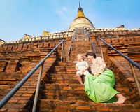 Enfant et maman s'élevant sur la pagoda de Shwesandaw dans Bagan myanmar image libre de droits