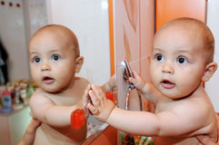 Enfant et miroir Image stock