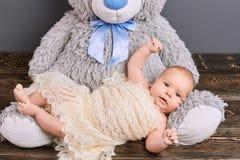 Enfant et ours de nounours mignons Photographie stock