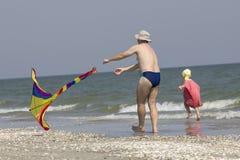 Enfant et père sur le côté de mer Photographie stock