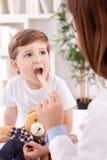 Enfant et pédiatre adorables de docteur Photo stock