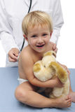 Enfant et pédiatre heureux Images stock
